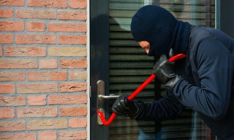 Einbrecher mit Brecheisen
